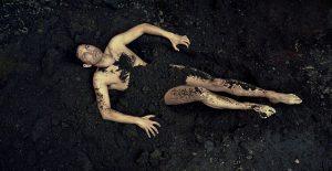 גבר מכוסה בחול