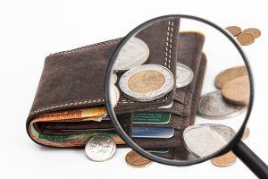 כסף בארנק עם זכוכית מגדלת