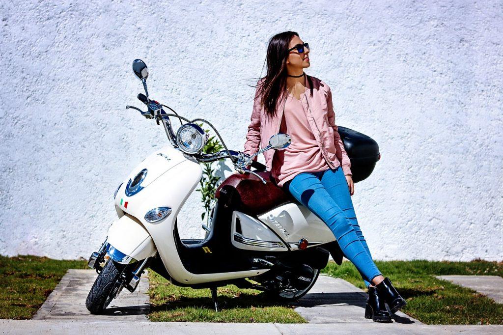 אישה ואופנוע