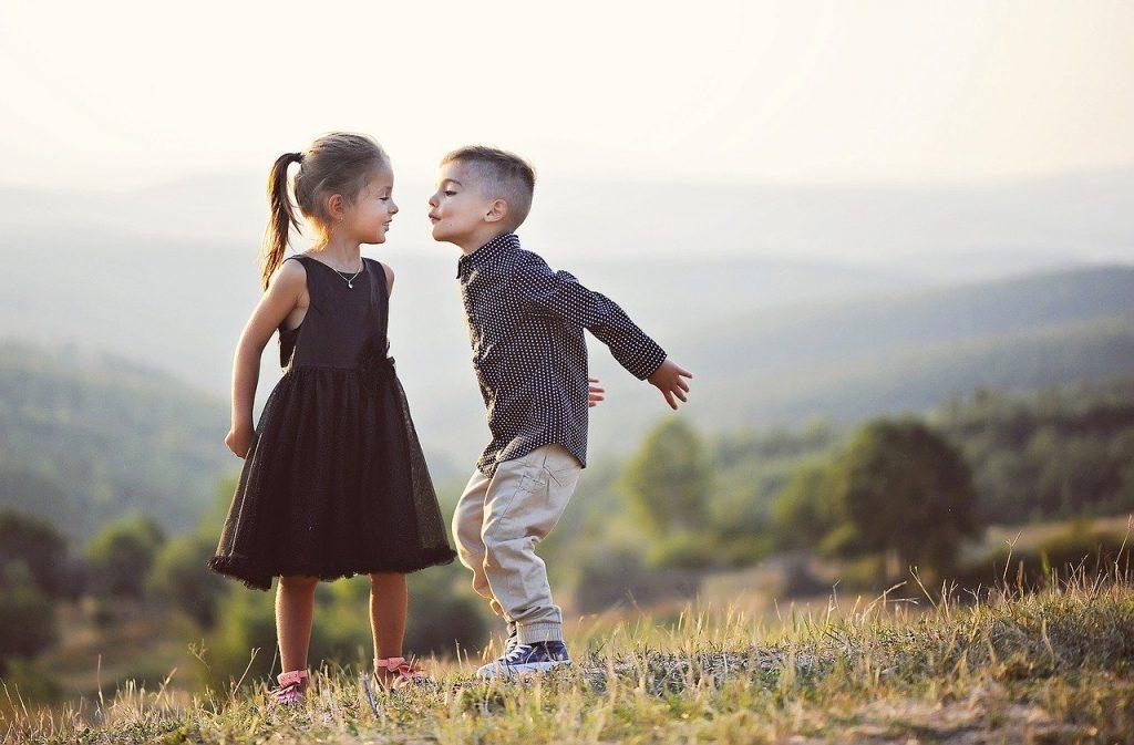 ילדים לבושים בצורה מעוצבת