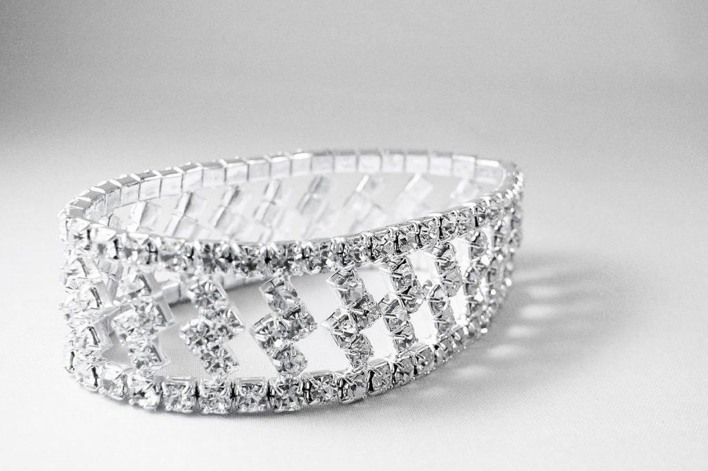יהלומים משובצים על טבעת