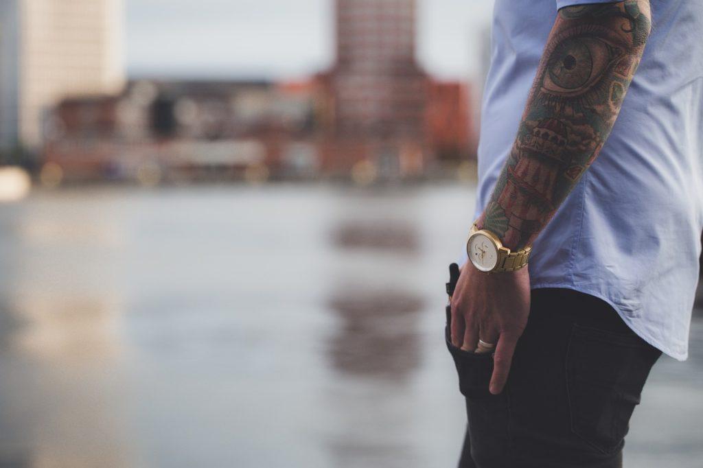 גבר עונד שעון