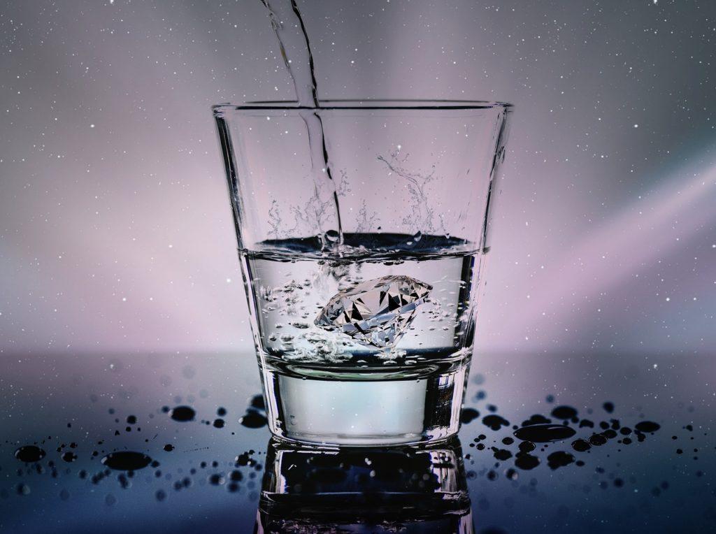 כוס מתמלאת מים