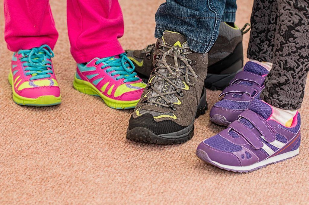 ילדים עם נעליים