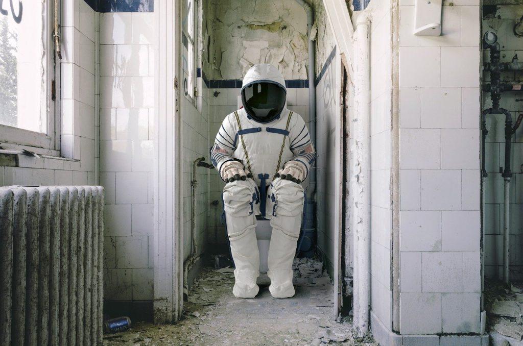 אסטרונאוט בשירותים