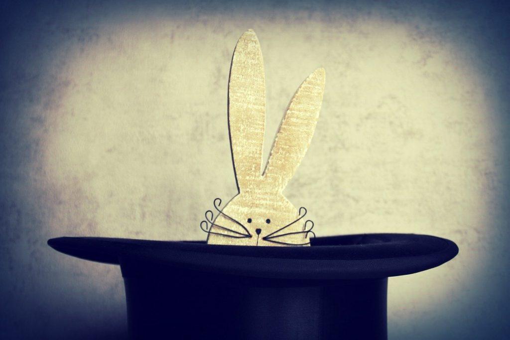 ארנב יוצא מכובע של אמן חושים
